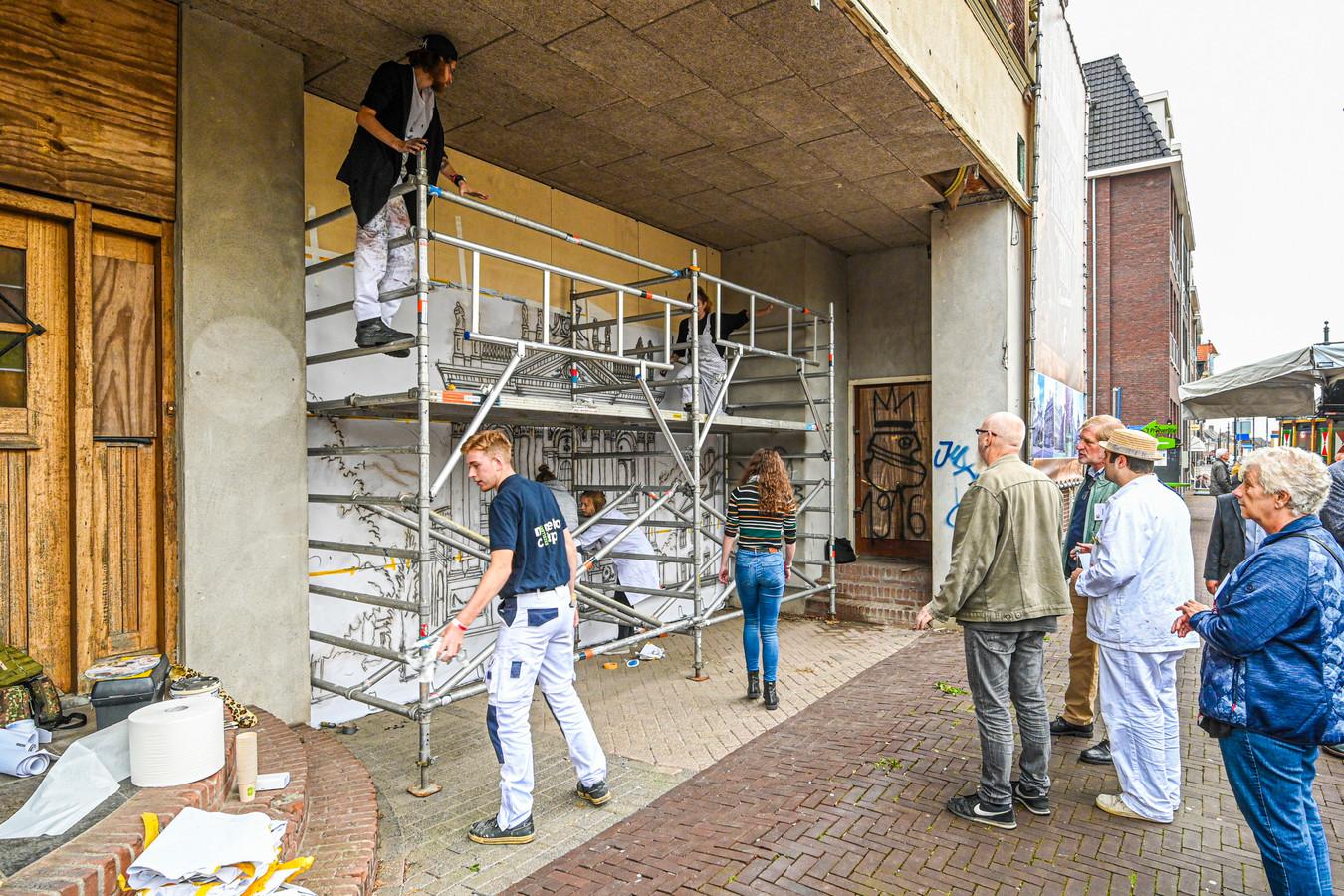 Tijdens de landelijke schildersdag werd ook de rotte kies in het centrum van Oudenbosch even gevuld.