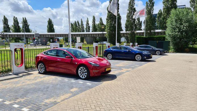 Het nieuwe, supersnelle laadstation voor Tesla's in Rijswijk