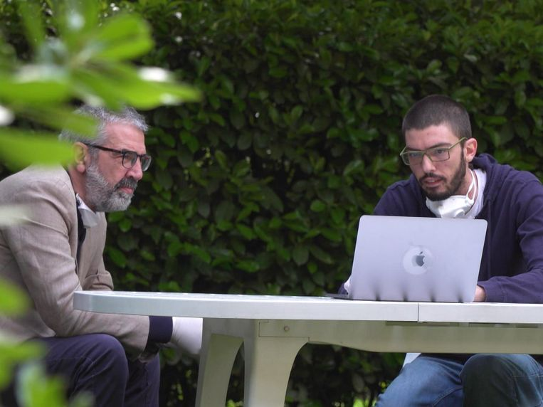 Luca Fusco en zijn zoon Stefano willen met duizenden nabestaanden aangifte doen.  Beeld Eveline Rethmeier