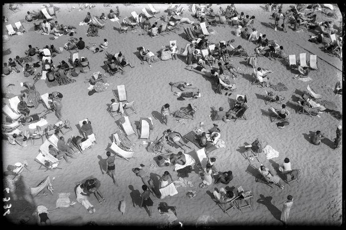 Zonnebaders op het strand van Knokke in de late jaren 30.