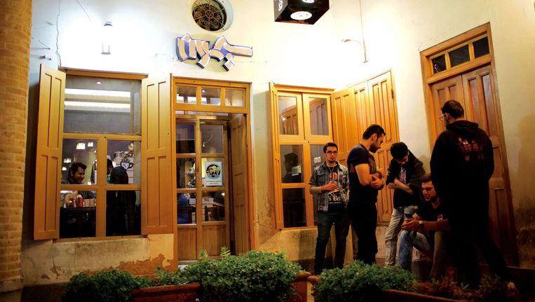 Iraanse jongeren verzamelen zich voor een Armeens café in Isfahan. Beeld AFP