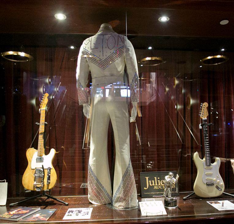 Ook een jumpsuit van Elton John en een gitaar van Jeff Beck werden geveild.  Beeld AP