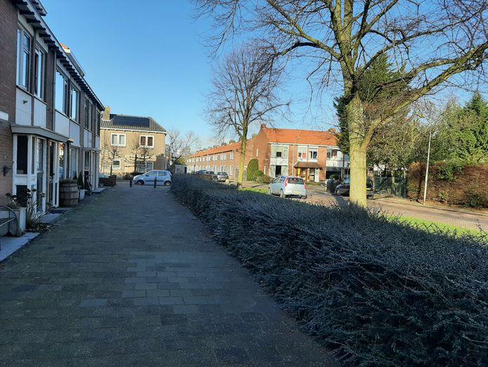 Op deze plek in de Karel Doormanstraat in Alphen liep sneeuwballen gooien uit op een mishandeling.
