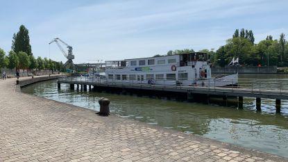 Waterbus krijgt laatste likje verf en stickers om maandag weer van wal te steken