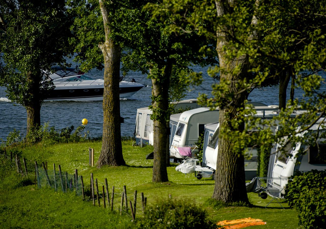 Kampeerplekken aan de waterkant of in de boomgaard. Ze zijn populair in Rivierenland, ook deze zomer.