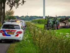 Tractor raakt van de weg, dendert door sloot weiland in en kantelt: bestuurder gewond in Duiven
