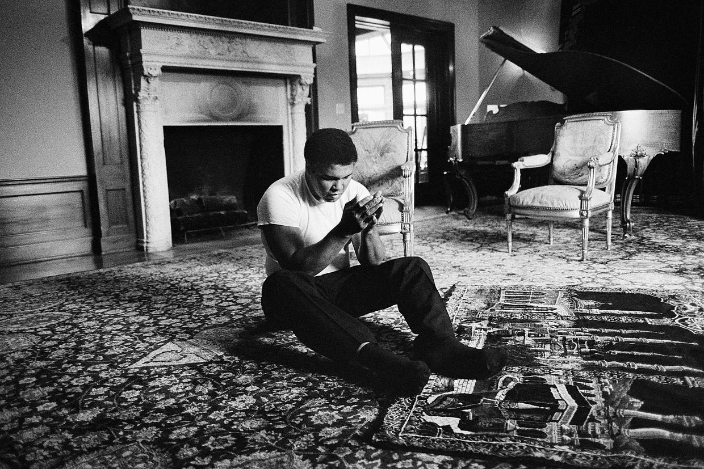 De mooiste foto die ik ooit heb gemaakt, zegt Guus Dubbelman over de foto die hij maakte van Muhammad Ali toen hij in 1985 bij de bokskampioen in Los Angeles logeerde. Beeld Guus Dubbelman