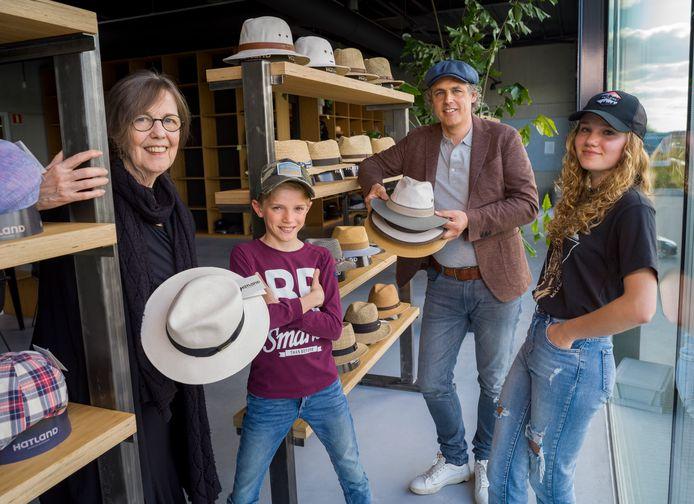 De (toekomstige) leiding van hoeden- en pettengroothandel Hatland in Hattemerbroek: Thea Ruesink (73), Mathé Ruesink (11), Robert Ruesink (52) en Isabella Ruesink (14).