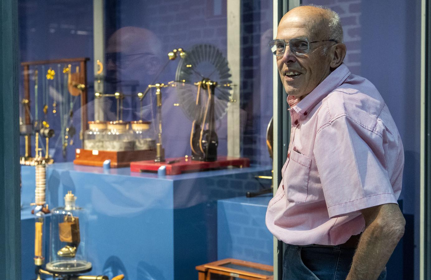 Ben Kamphuis verzamelde en restaureerde meer dan 450 historische natuurkunde-instrumenten. Zijn verzameling is nu te zien in De Museumfabriek in Enschede.