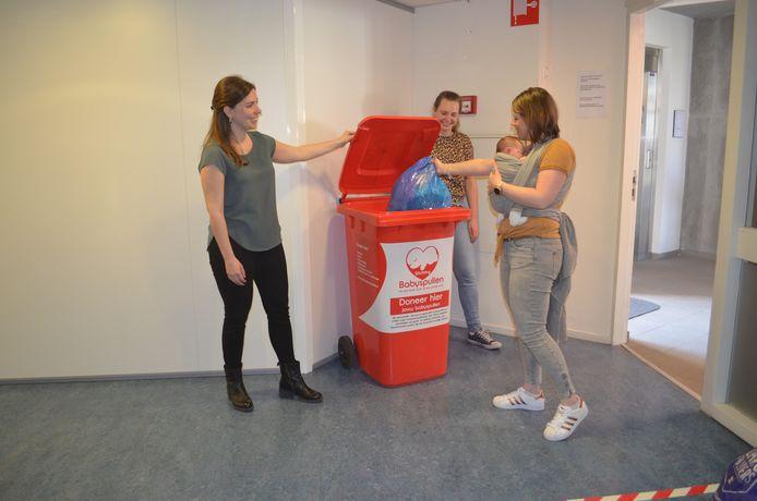 De container voor babyspullen in het Consultatiebureau in Barneveld met in het midden Sabine van Kooten.