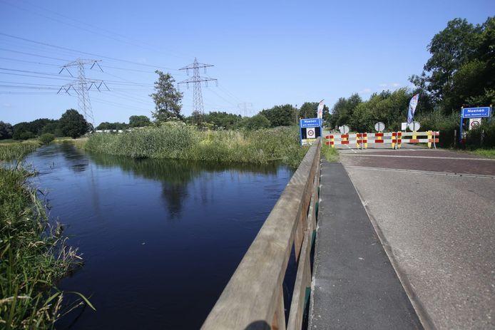 Collseweg tussen Eindhoven en Nuenen afgesloten vanwege waterstand.