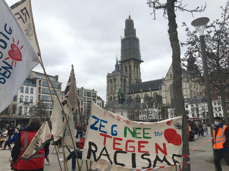 De Antwerpse Groenplaats was een van de vele pleinen waar een coronavrije actie tegen racisme plaats vond . Beeld MLS