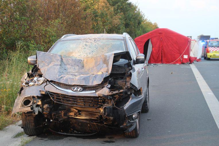 De auto van de moeder met de drie kinderen liep zware schade op.