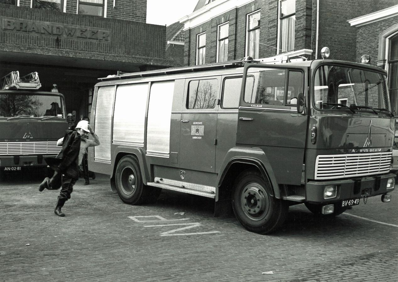 Uitruk vanuit de oude kazerne in de Struisvogelstraat, waarbij bevelvoerder Mart de Grunt naar de auto rent.