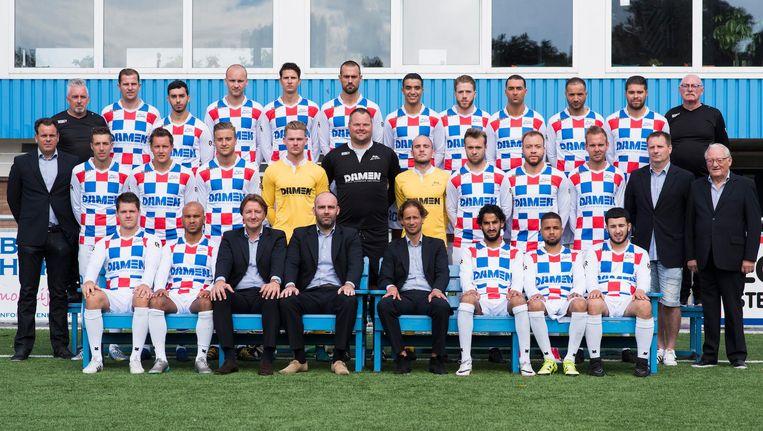 Staf en selectie van tweededivisieclub ASV De Dijk uit Amsterdam-Noord Beeld Proshots