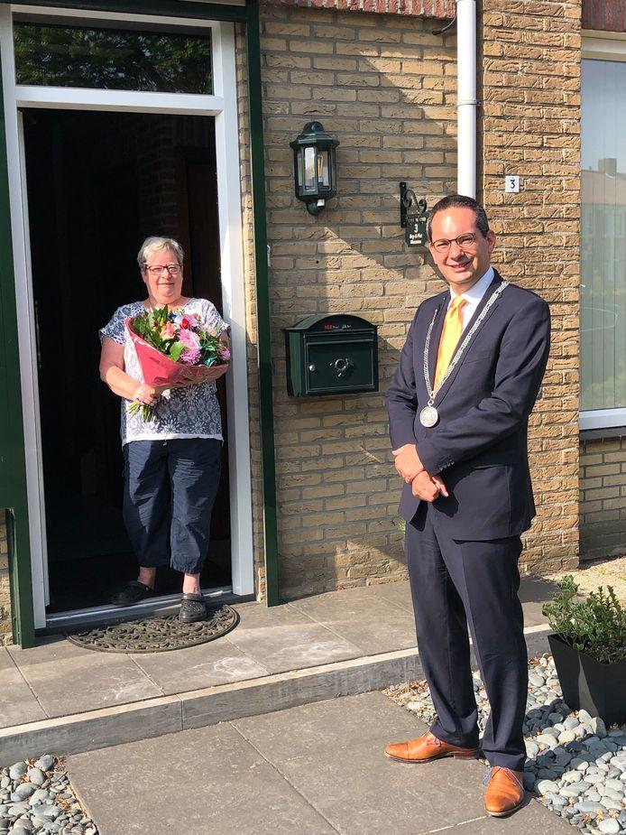 Bep Klaassen uit Hoogerheide ontving op 24 april een bos bloemen van de Woensdrechtse burgemeester Steven Adriaansen. Later dit jaar krijgt ze haar lintje opgespeld.