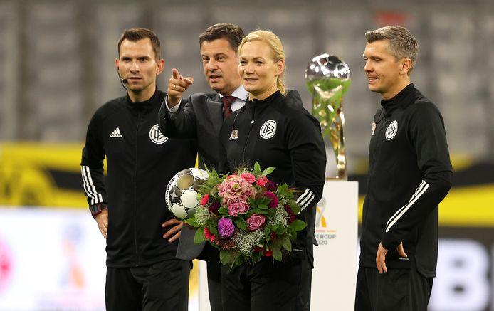 Bibiana Steinhaus met bloemen voor haar laatste wedstrijd.