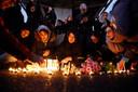 Verschillende mensen staken kaarsen aan voor de slachtoffers.
