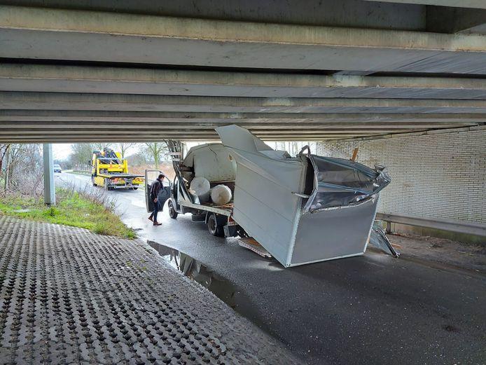 De laadbak van de lichte vrachtwagen raakte volledig verbrijzeld.