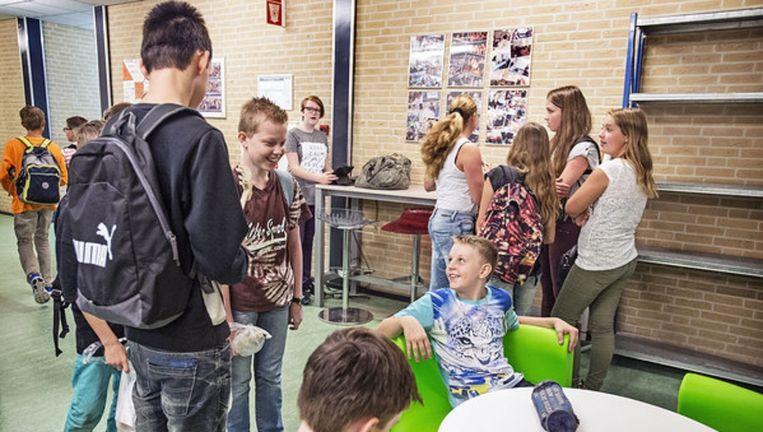 Havo-leerlingen wachten op een les. Beeld Guus Dubbelman / de Volkskrant