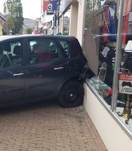 Automobiliste ramt winkelpui in Hoofdstraat Terborg