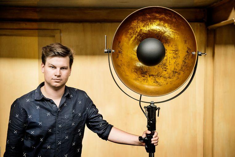 Kamiel De Bruyne bij een van de lampen die deel van het decor vormen. Beeld Eric de Mildt