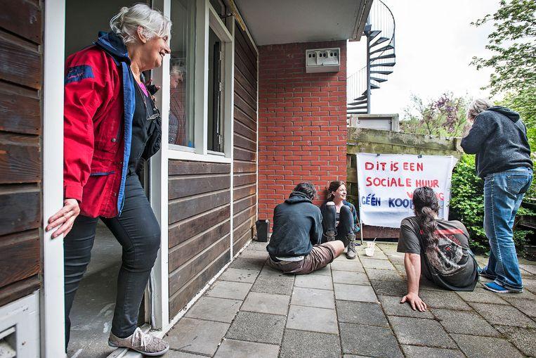 Een actiegroep bezet een huurwoning aan de Borgerstraat in Amsterdam, die in de verkoop staat. Beeld Guus Dubbelman / de Volkskrant