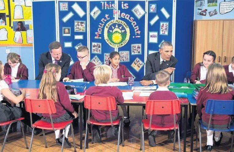 De Britse premier Cameron en de Amerikaanse president Obama spraken voor de Navo-vergadering met leerlingen van de Mount Pleasant school in Newport in Wales. Beeld afp