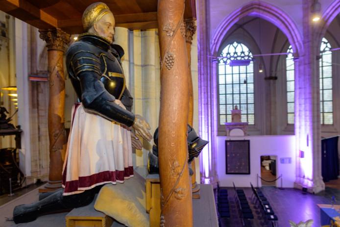 Het beeld met het harnas van Karel van Gelre in de Eusebiuskerk.