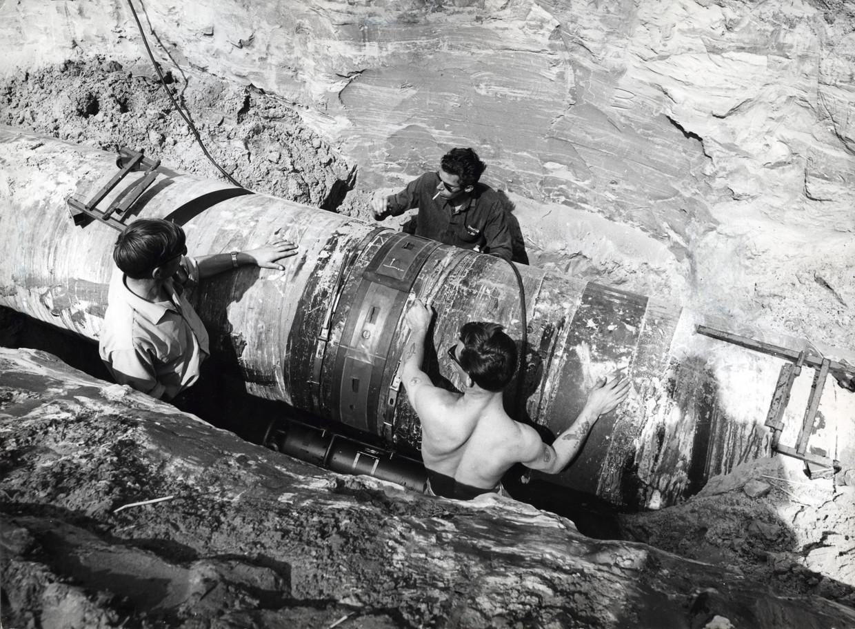 Aanleg van een pijpleiding voor Nederlands aardgas in 1964. Beeld Nationaal Archief/Collectie Spaarnestad