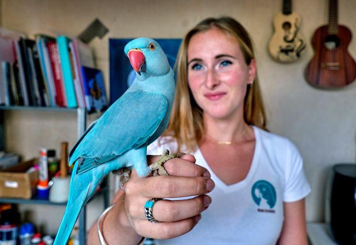Carolina Spruit met haar beroemde vogel Pablo.