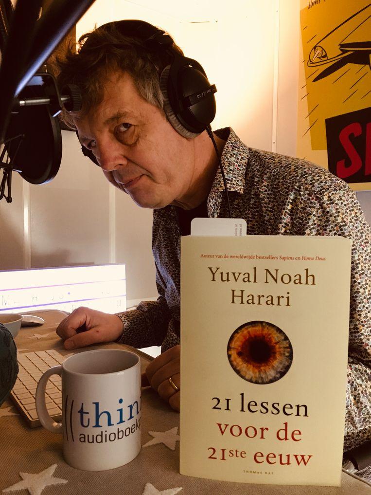 Mathijs Deen leest Yuval Noah Harari in de studio van Thinium. Beeld Thinium