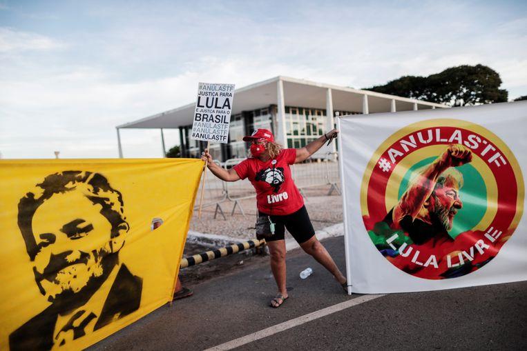 Een aanhanger van Lula demonstreert voor het Braziliaanse hooggerechtshof in Brasilia. Beeld REUTERS