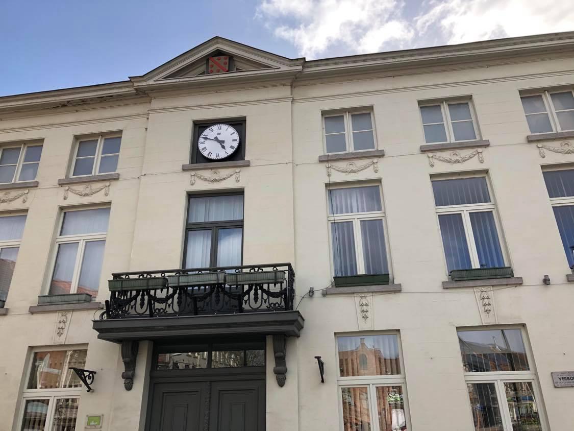 Aan het stadhuis hangt een gloednieuwe radiogestuurde klok.