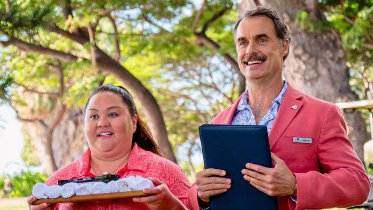 Acteurs jolene Purdy en Murray Bartlett als het hotelpersoneel. Beeld TMDB