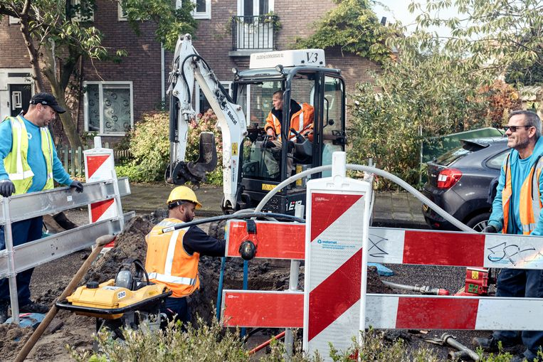 Aanleg van een individuele wateraansluiting in de Hensbroekerstraat in Tuindorp Nieuwendam. Beeld Jakob Van Vliet