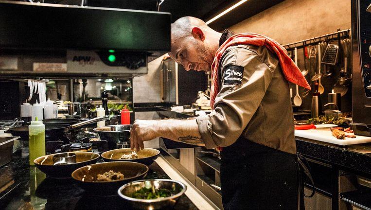 Chef-kok Nico van der Drift aan het werk bij restaurant Silver in Lelystad Beeld Aurélie Geurts