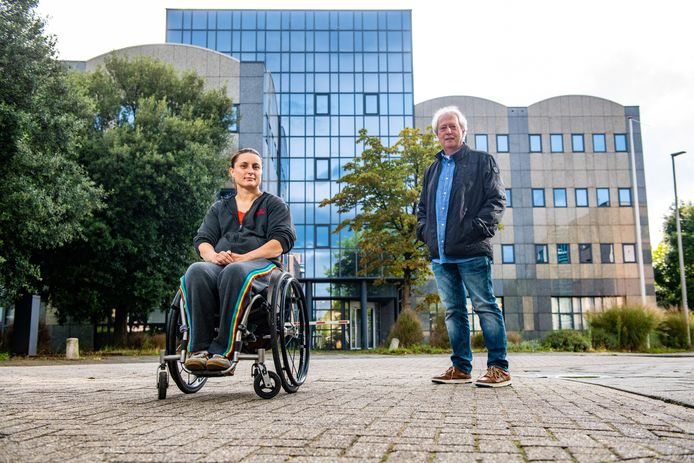 Evert Maurer (rechts) op de plek waar de flat moet komen.