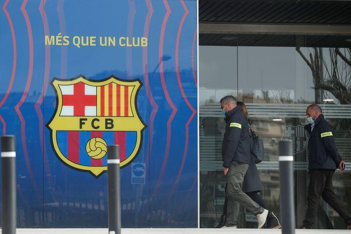 Speurders aan de kantoren van FC Barcelona.