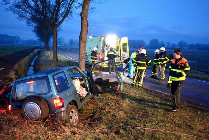 Automobilist gewond naar ziekenhuis na botsing tegen boom in Gilze