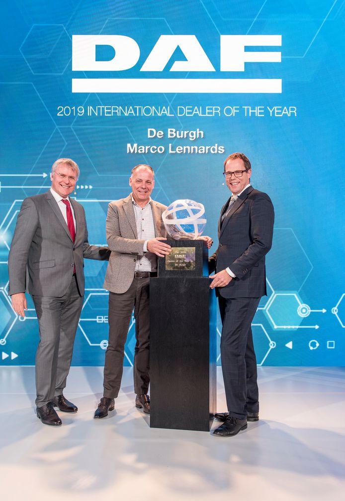 Richard Zink (links) en Harry Wolters van DAF flankeren directeur Marco Lennards van De Burgh/Lengo.