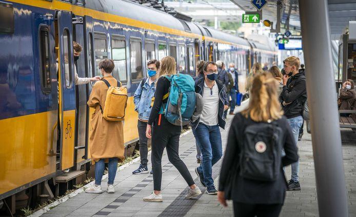 Reizigers in de ochtendspits op station Utrecht Centraal.
