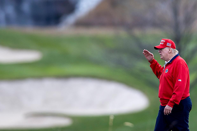 Trump op de terreinen van de Trump National Golf Club. Beeld Getty Images