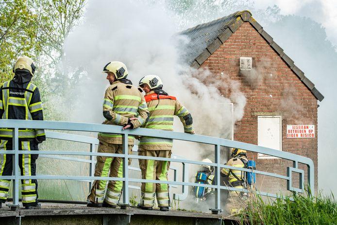 Een schuur met materialen van de ijsbaan in Houten is uitgebrand.