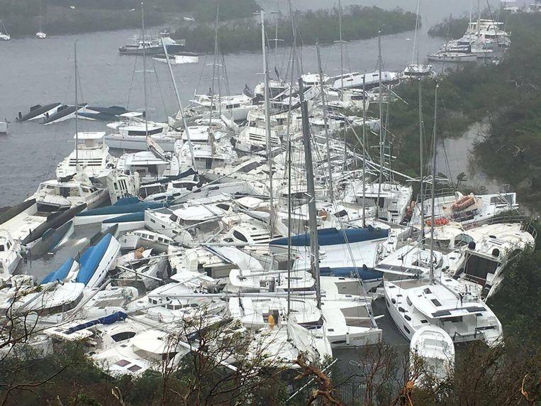 Plezierbootjes na de doortocht van orkaan Irma aan Parquita Bay op het eiland Tortola.