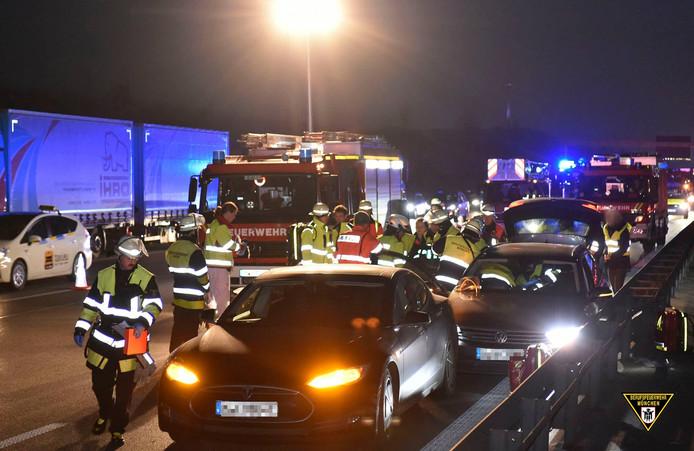 Automobilist grijpt in op Duitse Autobahn.