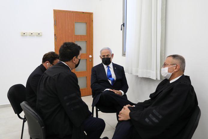 De Israëlische premier Benjamin Netanyahu (M) spreekt met zijn advocaten in de districtsrechtbank in Oost-Jeruzalem.