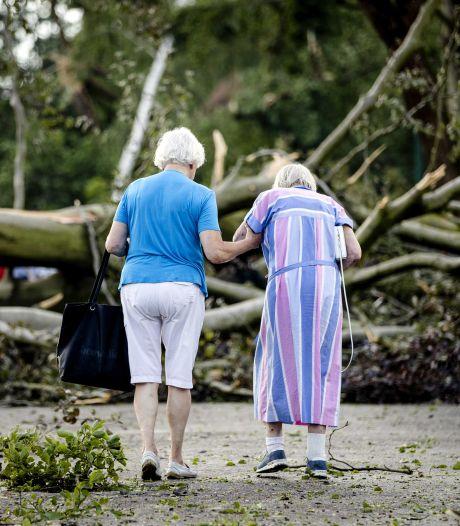 Gewonden, honderden kapotte daken en omgevallen bomen in Leersum: 'Het lijkt een soort oorlogsgebied'