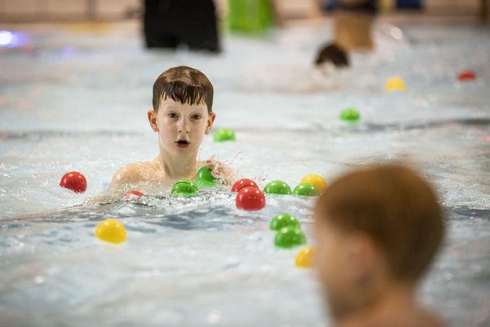Kinderen met zwemles moeten nog even geduld hebben voordat het zwembad in Borne weer open gaat.
