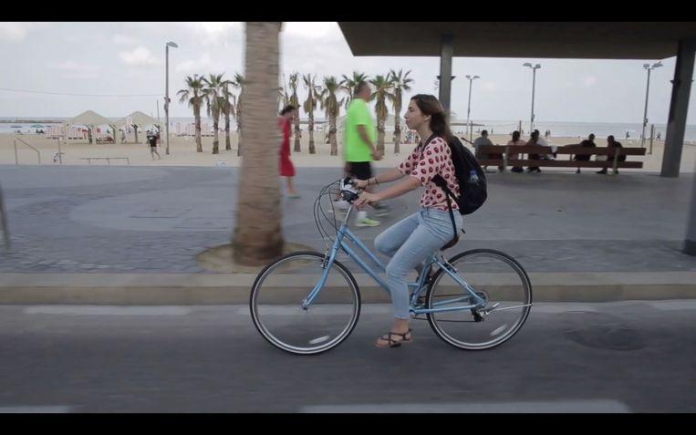 Natscha van Wezel, fietsend door Tel Aviv. Beeld